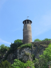 Tour de l'Horloge et tour carrée Saint-Hippolyte - Français:   Tour de l\'Horloge de Crémieu (XVIe s.), Isère. Au sommet de la colline St-Hippolyte, elle fait partie de la vaste ceinture de remparts enserrant la ville basse par l\'est.