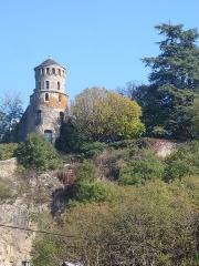 Tour de l'Horloge et tour carrée Saint-Hippolyte - Français:   Crémieu: tour ajourée dite à fenêtres dans les remparts du village