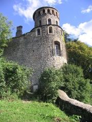 Tour de l'Horloge et tour carrée Saint-Hippolyte - English:   Populated tower on the Crémieu\'s great wall