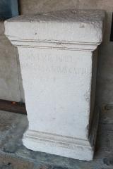 Monastère de Sainte-Marie-d'en-Haut - Inscription latine d'époque romaine trouvée à Grenoble et conservée au musée dauphinois. Dédicace testamentaire à Saturne par Decimus Decmanius Caper. Le dédicant est aussi connu par CIL XII 2218 et 2231. référence CIL XII, 2225.
