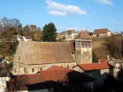 Eglise Saint-Theudère -  Vue Générale de Saint-Chef (Isère, France) - Au centre, l\'église abbatiale. Au fond, on distingue (sur la gauche) la Tour du Poulet et (tout à droite) une ferme typique en pisé.