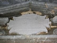 Monastère de la Grande-Chartreuse - Inscription sur la porte d'entrée de la chapelle Saint-Bruno, à Saint-Pierre-de-Chartreuse. << ... HIC EST LOCUS IN QUO S. HUGO GRATIANOPOLITANUS EPISCOPUS   VIDIT DEUM SIBI  DIGNUM CONSTRUENTEM HABITACULUM   >>