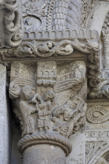 Eglise -  On the front of the capital is represented the arrest of St. James to which hands are binded. On the edge, King Herod pronounces his judgment. On the side face the executione holding St. Jacques by the hair is going to decapite him.