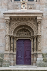 Eglise - English: In the 19th c, during the reconstruction of the church, the portal is moved and a new cornice supported by two pillars is added, which style contrast with the Romanesque style part.