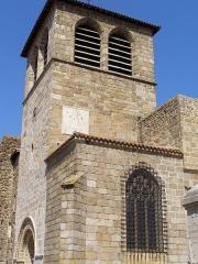 Prieuré - Français:   L\'église-prieuré est très bien conservée.