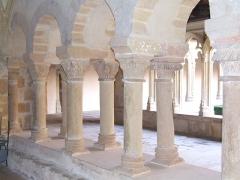 Abbaye de Charlieu -  Colonnade séparant le cloître de la salle capitulaire à l'Abbaye de Charlieu