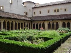 Abbaye de Charlieu - Abbaye le cloître et le jardin
