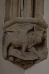 Eglise Saint-Philibert - Deutsch: Konsole in der Kirche Saint Philibert in Charlieu, Darstellung: Stier als Symbol für den Evangelisten Lukas