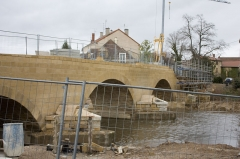 Pont de pierre sur le Sornin (vieux) - English:  The bridge is being restored to its original template, but the rafts of concrete built to protect the piers remained in place.