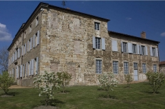 Château des Bruneaux - English:  Like many manshions, the west wing of the castle of the  Bruneaux bears traces of the changes undergone during the creation of the window tax.