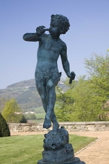 Château des Bruneaux - English:  Undin or cherub dancing playing the flute (fountain in the castle park).