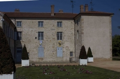 Château des Bruneaux - English:  The courtyard facing south, is sheltered by the wings of the castle.