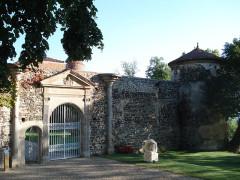 Château de Goutelas -  Goutelas' Castle gateway