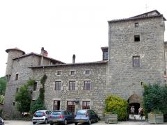 Eglise à l'exception de l'étage moderne qui couronne le clocher occidental - Marols - Porte fortifiée et vestiges des remparts