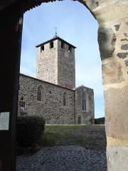 Eglise, ancien prieuré et remparts - English: Montverdun, church, viewed through the monastery gate