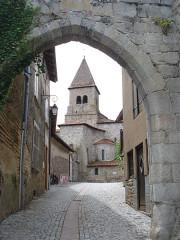 Enceinte - English: Pommiers (Loire, Fr), city gate and church tower