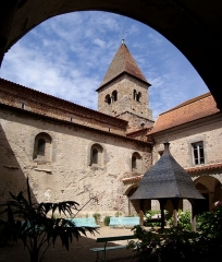Prieuré - English: The cloister of the priory of Pommiers.