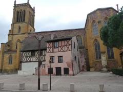 Maison à pans de bois - Nederlands: Twee oude huizen naast de kerk