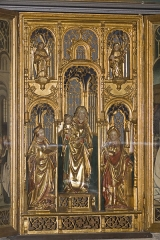 Eglise - English:  The central part of thr the triptych has three statues in gilded wood: Virgin and the Child flanked by St. Catherine and St. Barbara (a minor at his feet).
