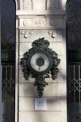 Immeuble La Loire Républicaine, actuellement siège du journal La Tribune-Le Progrès - English:  Barometer, decoration by Induni, on the Loire Republican facade.