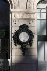 Immeuble La Loire Républicaine, actuellement siège du journal La Tribune-Le Progrès - English:  Thermometer, decoration by Induni, on the Loire Republican facade.
