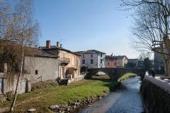 Pont (vieux) - Français:   Le Garon à Brignais, traversé par le pont vieux (Rhône, France)