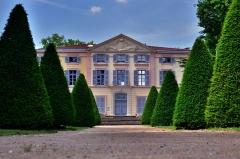 Château - Français:   Façade arrière de l\'Hotel de Ville de Grigny.  Ancien château de Jeanne du Clapier, XVIIème siècle.  Crédit: G.MOULINphotographies©