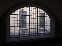 Ancien Collège de la Trinité, actuellement lycée Ampère - Français:   Fenêtre sur le passage Ménestrier.