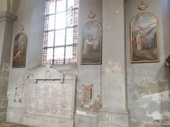 Eglise Saint-Just - Français:   Chemin de croix et monument aux morts dans la nef gauche.