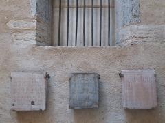 Eglise Saint-Pierre-des-Terreaux - Français:   Pierres tombales accrochées au mur sud de l\'église.