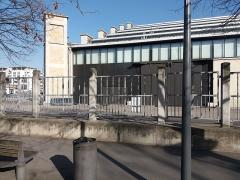Ancien marché aux bestiaux des abattoirs de la Mouche, actuellement salle des fêtes et salle de concert dite halle Tony Garnier - Français:   Côté gauche de la façade.
