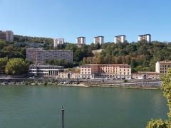 Immeuble dit Les Greniers d'Abondance, actuellement siège de la DRAC (Direction régionale des affaires culturelles) - Vue sur le clos des Deux-Amants. Le bâtiment au centre n'est pas le Grenier d'abondance (qui se trouve en rive gauche) mais l'ancienne école vétérinaire maintenant conservatoire national de Lyon, quai Chauveau.