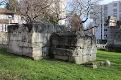 Tombeaux romains de Trion - Français:   Mausolées de Julia, Quintus Valerius et Julius Severianus, quartier de Trion à Lyon.