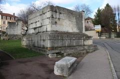 Tombeaux romains de Trion - Français:   Mausolée de Satrius, quartier de Trion à Lyon.