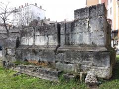 Tombeaux romains de Trion - Français:   Triple mausolée romain.