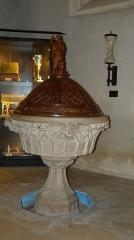 Eglise - Français:   Les fonts baptismaux ( cuve et porte-cierge),1862, sont en pierre de Tournus. Réalisés par le marbrier Charles Prothaux et le sculpteur G. Bonnet.