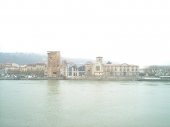 Tour des Valois (ruines) - Italiano: Torre dei Valois e chiesa dei Cordeliers si riflettono nel fiume a Sainte-Colombe nel dipartimento del Rodano. la foto è stata scattata dal comune di Vienne (Quai Jean Jaurès, F-38200)