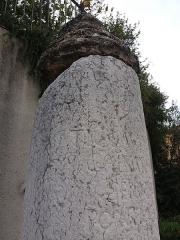Borne milliaire - Français:   Détail inscriptions.
