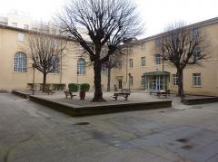 Hôpital - Français:   Cour intérieur de l\'Hôtel Dieu de Villefranche-sur-Saône.
