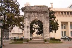 Arc de Campanus -  Arc funéraire romain de Campanus présent dans la ville d'Aix-les-Bains en Savoie. Cet arc fut dressé par, le patricien de la Gaule Narbonnaise, Lucius Pompeius Campanus afin d'honorer l'honneur des défunts de sa famille.