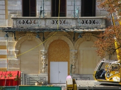 Hôtel Bernascon - English: The entrance of the former «Hôtel Bernascon», now converted as apartments, at Aix-les-Bains on October 26, 2015, some months after the fire which damaged it during the night of August 18, 2015.