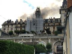 Hôtel Bernascon - English: The Hôtel Bernascon at Aix-les-Bains under fire on August 18, 2015.