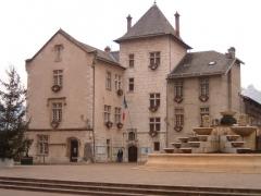 Hôtel de ville (ancien château des Marquis d'Aix) -  Hôtel de ville de la commune fraiçaise Aix-les-Bains dans le département de la Savoie. On peut visiter le Musée Lapidaire qui est Adossé à l'Hôtel de ville, cet ancien temple gallo-romain, dit Temple de Diane, fut reconverti en musée archéologique.
