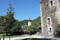 Tour sarrazine - Français:   Tour sarrazine et église Saint-Grat depuis le jardin.