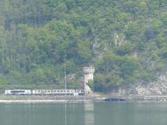 Tunnel de Brison - Français:   L\'entrée nord du Tunnel de Brison vue depuis l\'abbaye d\'Hautecombe, de l\'autre côté du lac du Bourget