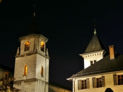 Archevêché - English: Sight, by night, of the cathedral bell tower and the little tower of the Musée Savoisien museum, in Chambéry, Savoie, France.