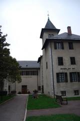 Archevêché - Français:   Ancien évêché puis archévêché de Chambéry, ce bâtiment annexe de l\'Eglise Métropole (la Cathédrale) devient propriété de l\'Etat lors de la Séparation de l\'Eglise et de l\'Etat. Il est alors transformé en Musée régional.