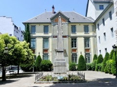 Lycée de garçons - English: Sight of the obelisk in front of the historical building of Lycée Vaugelas high school, in Chambéry, Savoie, France.