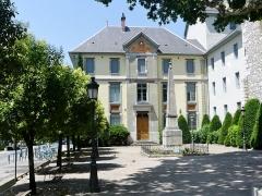 Lycée de garçons - English: Sight of the obelisk in front of the historical building of Lycée Vaugelas high school, in Chambéry, Savoie, France.