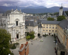 Château des Ducs de Savoie - English: General sight on the city of Chambéry castle's court from its tower. The chapel stands on the left, and the Savoyan